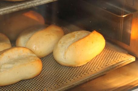 Brötchen frisch gebacken für Sie